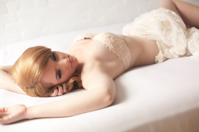 soft+sexy+boudoir+photo+shoto+sex+bride+bridal+portraits+portrait+groom+gift+retro+vintage+pink+mint+green+classy+classic+modest+redhead+veil+adorro+impressions+photography+12